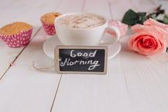 Taza de café con mañana de la torta, color de rosa y de las notas buena en la tabla rústica blanca desde arriba, acogedor y sabro Imagen de archivo libre de regalías