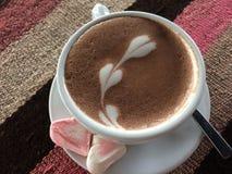 Taza de café con mucho amor fotografía de archivo libre de regalías