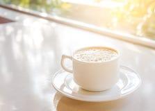 Taza de café con pan en la tabla Imagenes de archivo