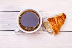 Taza de café con un cruasán Imágenes de archivo libres de regalías