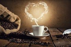 Taza de café con un humo formado como hogar stock de ilustración