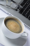 Taza de café con un teclado Fotografía de archivo libre de regalías