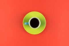 Taza de café de arriba en fondo anaranjado brillante Imagen de archivo libre de regalías
