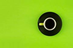 Taza de café de arriba en fondo verde claro Fotografía de archivo
