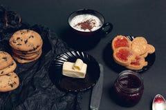 Taza de café, de capuchino con las galletas del chocolate y de galletas en fondo negro de la tabla Tiempo de la rotura de la tard Fotografía de archivo libre de regalías