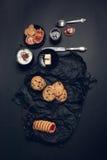 Taza de café, de capuchino con las galletas del chocolate y de galletas en fondo negro de la tabla Tiempo de la rotura de la tard Imagen de archivo libre de regalías