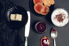 Taza de café, de capuchino con las galletas del chocolate y de galletas en fondo negro de la tabla Tiempo de la rotura de la tard Imagen de archivo