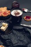 Taza de café, de capuchino con las galletas del chocolate y de galletas en fondo negro de la tabla Tiempo de la rotura de la tard Fotografía de archivo