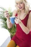 Taza de café de consumición de la mujer joven Fotografía de archivo