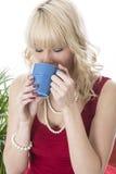 Taza de café de consumición de la mujer joven Fotos de archivo libres de regalías