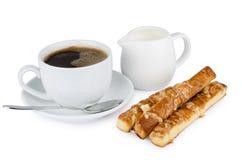Taza de café, de crema y de galletas Imagen de archivo libre de regalías