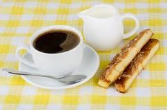 Taza de café, de crema y de galletas Imagen de archivo