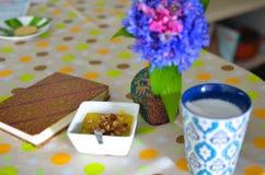 Taza de café, de flores y de libro calientes Fondo romántico con efecto retro del filtro Fotos de archivo libres de regalías