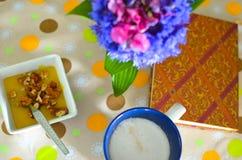 Taza de café, de flores y de libro calientes Fondo romántico con efecto retro del filtro Imágenes de archivo libres de regalías