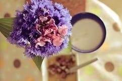 Taza de café, de flores y de libro calientes Fondo romántico con efecto retro del filtro Fotos de archivo