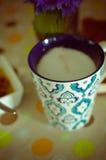 Taza de café, de flores y de libro calientes Fondo romántico con efecto retro del filtro Fotografía de archivo libre de regalías