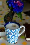 Taza de café, de flores y de libro calientes Fondo romántico con efecto retro del filtro Imagenes de archivo