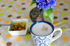 Taza de café, de flores y de libro calientes Fondo romántico con efecto retro del filtro Imagen de archivo