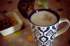 Taza de café, de flores y de libro calientes Fondo romántico con efecto retro del filtro Imagen de archivo libre de regalías