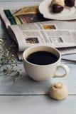 Taza de café, de galletas y de periódico Imagenes de archivo