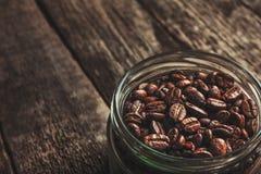 Taza de café de granos de café en fondo oscuro del vintage Fotos de archivo libres de regalías