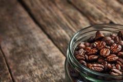 Taza de café de granos de café en fondo oscuro del vintage Fotografía de archivo