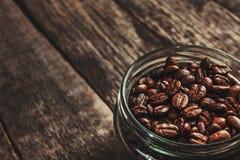 Taza de café de granos de café en fondo oscuro del vintage Imagenes de archivo
