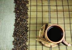 Taza de café, de granos de café y de canela Fotos de archivo