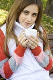 Taza de café de la explotación agrícola de la muchacha Imagen de archivo libre de regalías