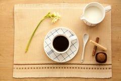 Taza de café de la mañana a despertar y a comenzar un nuevo día Fotografía de archivo libre de regalías