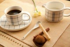 Taza de café de la mañana a despertar y a comenzar un nuevo día Fotos de archivo libres de regalías