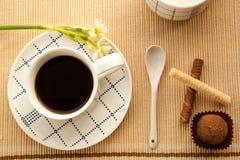 Taza de café de la mañana a despertar y a comenzar un nuevo día Imagen de archivo