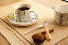 Taza de café de la mañana a despertar y a comenzar un nuevo día Foto de archivo