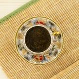 Taza de café de la porcelana con adorno de la flor Foto de archivo libre de regalías