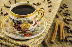 Taza de café de la porcelana con adorno floral Fotografía de archivo