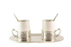 Taza de café de la porcelana de dos blancos con las cucharas de plata en la bandeja Fotos de archivo libres de regalías