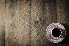 Taza de café de la porcelana en la tabla de madera foto de archivo libre de regalías