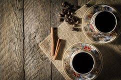 Taza de café de la porcelana en la tabla de madera imágenes de archivo libres de regalías