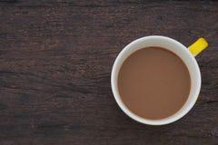 Taza de café de la visión superior en la madera Imagenes de archivo