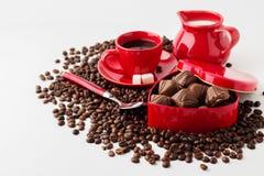 Taza de café, de leche y de una caja (en forma de corazón) con los chocolates encendido Fotografía de archivo