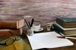 Taza de café de los libros viejos, compás, vidrios y lápiz en un de madera Fotos de archivo