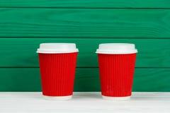 Taza de café de papel de la textura de la cartulina de dos rojos Imagen de archivo libre de regalías