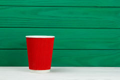 Taza de café de papel roja de la cartulina de la textura imagenes de archivo