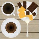 Taza de café, de platillo, de cucharilla, de chocolate y de galletas en un tabl Imágenes de archivo libres de regalías