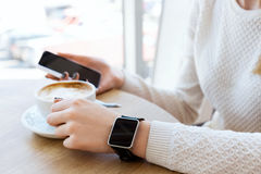Taza de café, de reloj y de teléfono móvil Foto de archivo libre de regalías