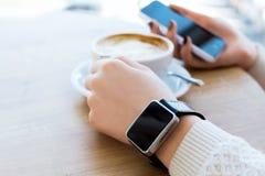 Taza de café, de reloj y de teléfono móvil Imagen de archivo