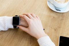 Taza de café, de reloj y de teléfono móvil Fotos de archivo