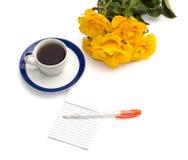 Taza de café, de rosas amarillas y de cuaderno con la manija Foto de archivo