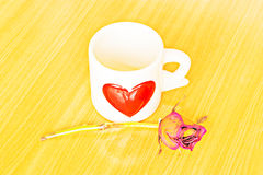 Taza de café, de rosas y de libro en la tabla de madera Fotos de archivo libres de regalías