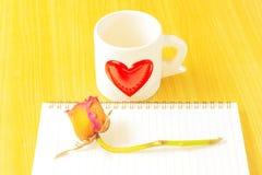 Taza de café, de rosas y de libro en la tabla de madera Fotografía de archivo